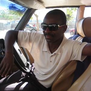 Alindu Nantindo an seinem Arbeitsplatz: ein altes und zuverlässiges Mercedes-Benz Taxi